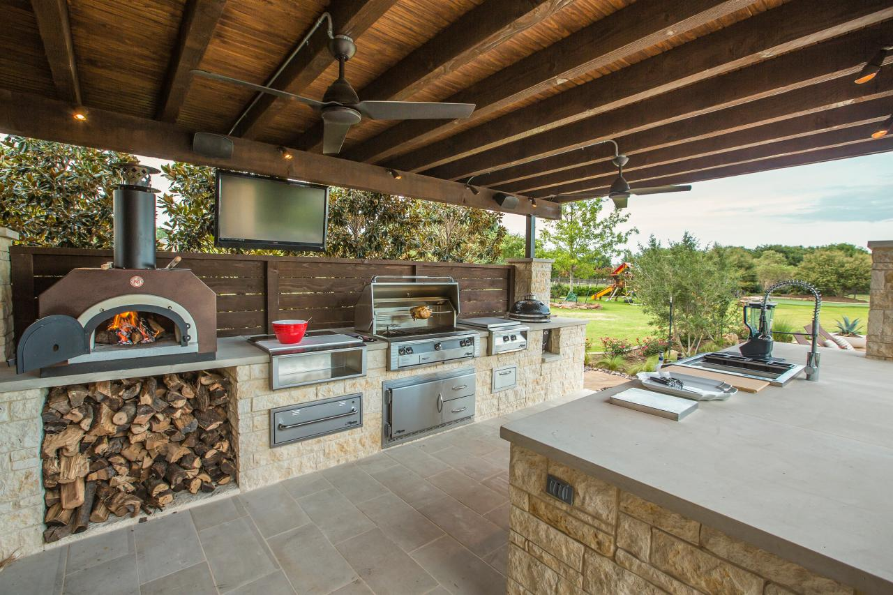 Outdoor Bar With Pizza Oven